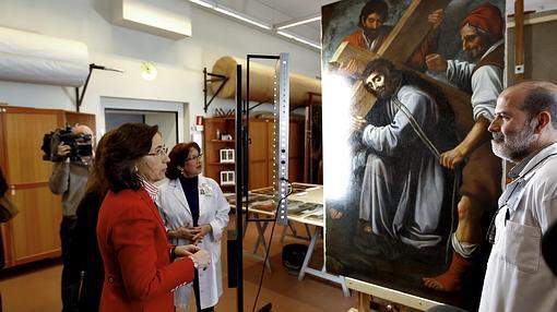 Rosa Aguilar admira una de la obras de la pinacoteca