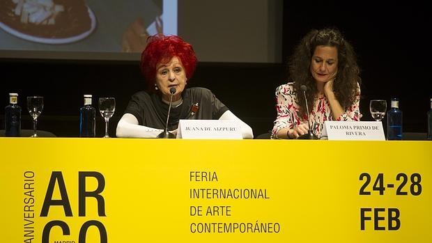 Paloma Primo de Rivera escucha el discurso de J. de Aizpuru
