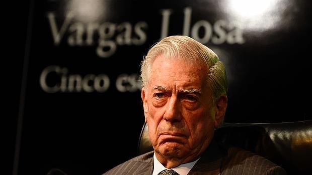 Mario Vargas Llosa, con semblante serio, durante la rueda de prensa de presentación de «Cinco esquinas»