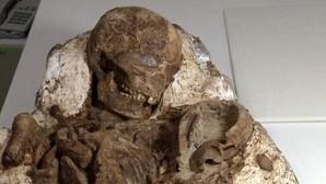 Encuentran un fósil humano de 4.800 años sujetando a su hijo