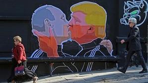 El beso de tornillo de Vladimir Putin y Donald Trump