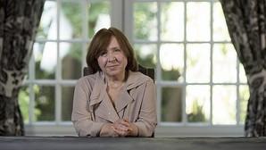 Svetlana Alexiévich: «Desde que me dieron el Nobel, el poder es más cauteloso conmigo»