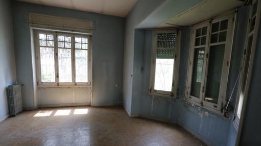 El salón, cuyas ventanas dan al patio de la casa