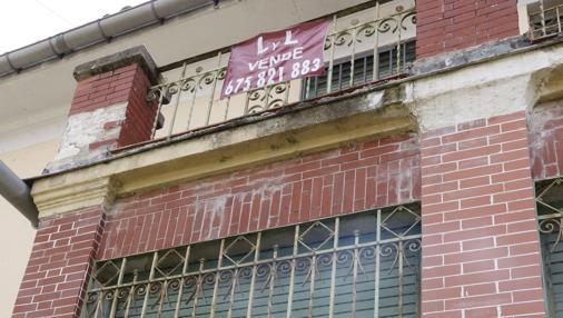 El cartel de «Se vende» cuelga del balcón de la entrada