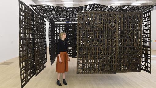 «Pabellón suspendido en una habitación», de la artista española Cristina Iglesias