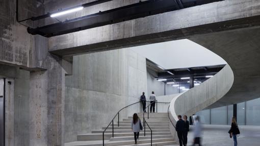 Fabulosa escalera curva en el interior del nuevo edificio
