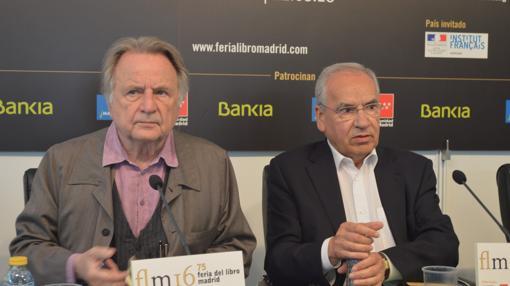 Régis Debray y Alfonso Guerra, en la Feria del Libro