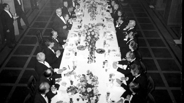 Un nutrido grupo de figuras de la política, la prensa y la cultura españolas asistieron en 1971 en los salones de Prensa Española a la tradicional cena de entrega de los premios Cavia, Luca de Tena y Mingote a Lucio del Álamo, José María Ruiz-Gallardón y José Luís Martín «Mena»