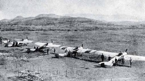 Línea de aviones en el aeródromo de Zeluán