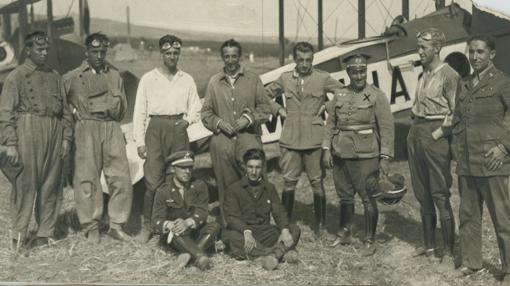 Escuadrilla con base en Tetuán. Con ellos su jefe, el comandante de Estado Mayor Aymat (1921)