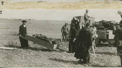 Un sacerdote recoge cadáveres tras el Desastre de Annual