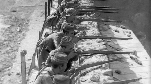 Una unidad española toritea a un grupo de rifeños después de reconquista la alcazaba de Zeluán tras la derrota en 1921