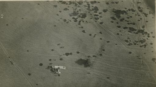 Noviembre de 1924. fotografía de un avión en el momento de descender en las proximidades de Taatof