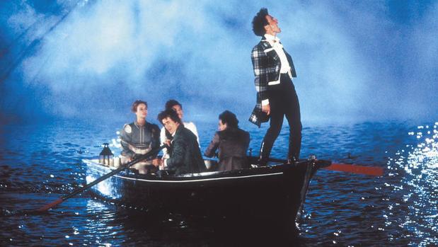 Hugh Grant cantando en albanés en el filme de Gonzalo Suárez, «Remando al viento» (1988)