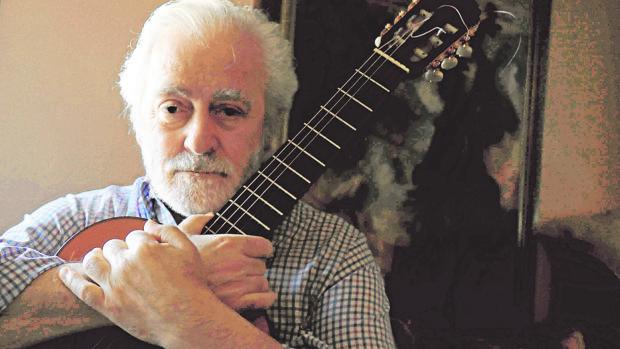 Manolo Sanlúcar, con su inseparable guitarra, en su casa durante la entrevista