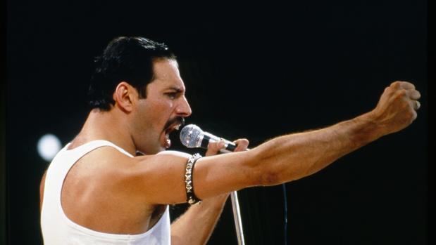 El cantante británico Freddie Mercury en pleno concierto