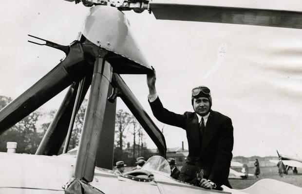 Juan de la Cierva posa, en abril de 1933, junto a su autogiro en el Hanworth Air Park de Inglaterra