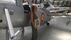 Laura de la Cierva, junto al C.30, en el Museo del Aire de Madrid con un retrato de su bisabuelo