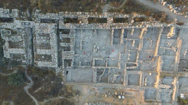 Vista aérea de los restos del palacio hallado en la antigua Gézer (Israel)
