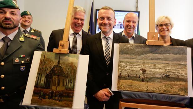 El director del Museo Van Gogh, Axel Ruger, muestra los cuadros recuperados