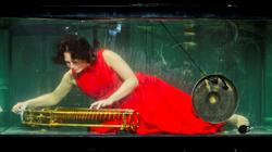 Una de las miembros de AquaSonic en su tanque de agua
