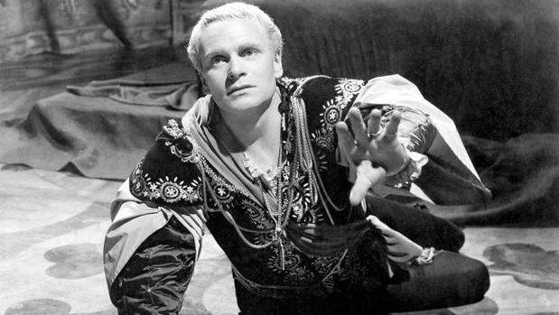 Laurence Olivier dando vida a Hamlet en una representación de 1948