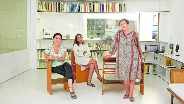 La veterana galerista Elvira González (a la derecha) y sus hijas