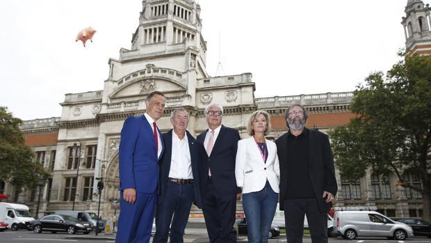 Martin Roth, en el centro, frente a la fachada del museo Victoria & Albert para anunciar la próxima exposición «Pink Floyd: sus restor mortales»