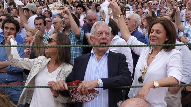 Isabel Preysler, Vargas Llosa y Nuria González, en barrera, piden las orejas tras una buena faena en la plaza de Valladolid