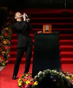 El cantante Jas Devael ante la urna