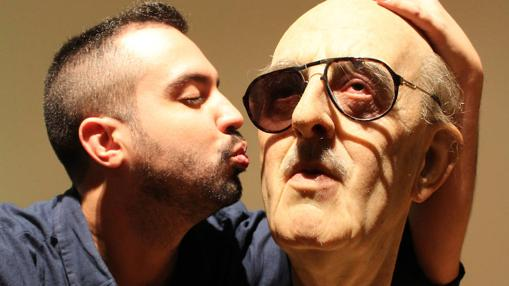 El «selfie» de Adonay Bermúdez con la obra de Eugenio Merino en TEA
