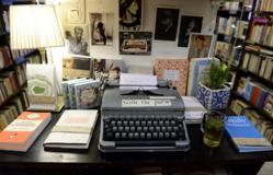 Cualquier cliente puede sentarse frente a esta máquina de escribir y dejar un poema