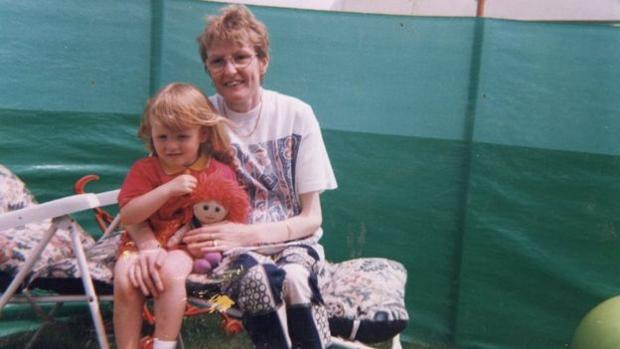 Fotografía de la madre y la hija que se encontró junto a la nota