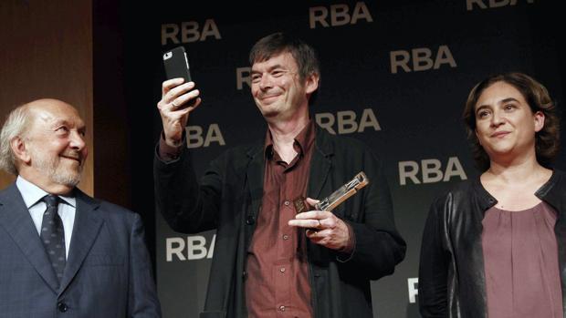 Ian Rankin, fotografiando al público tras recoger el galardón