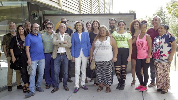 Rosa Aguilar junto a Manuel Llanes y miembros de compañías que actuarán en el Central
