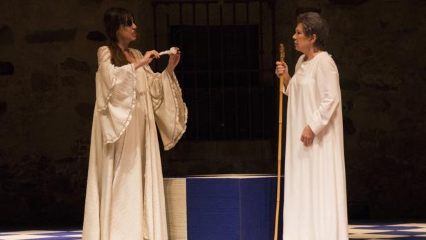 Irene Arcos y Maria José Goyanes, en una escena de la obra