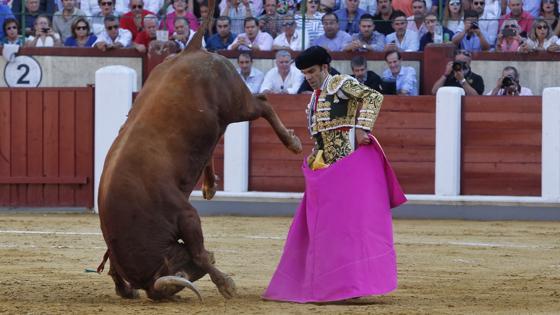 El primer toro de José Tomás se pega un volatín
