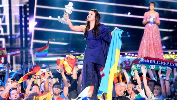 La cantante ucraniana Jamala recoge el galardón de Eurovisión, en la pasada edición