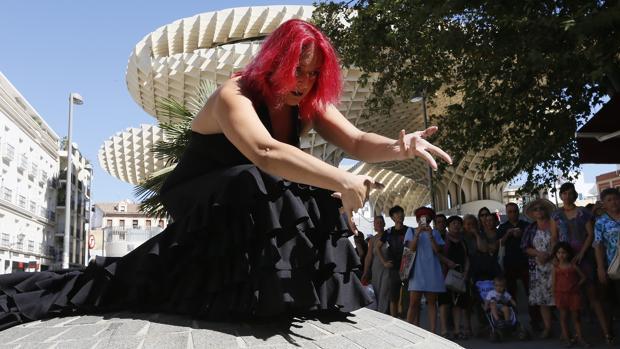 Una bailaora del espectáculo «¡Carril Bata Ya!» de Choni Cía Flamenca