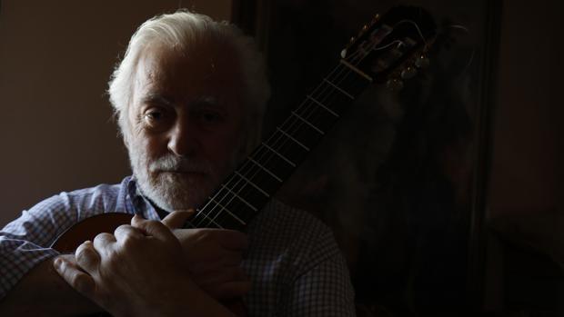 El gran maestro Manolo Sanlúcar, posando en su casa con su guitarra