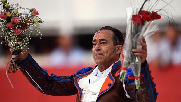 Luis Francisco Esplá da la vuelta al ruedo tras sufrir un volteretón en el cuarto toro