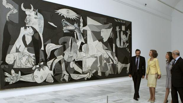 Doña Sofía visitando el «Guernica» en el Museo Reina Sofía