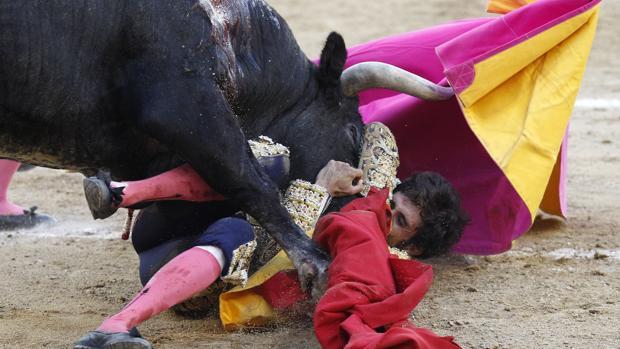 Pérez Mota, a merced del toro tras ser cogido al entrar a matar