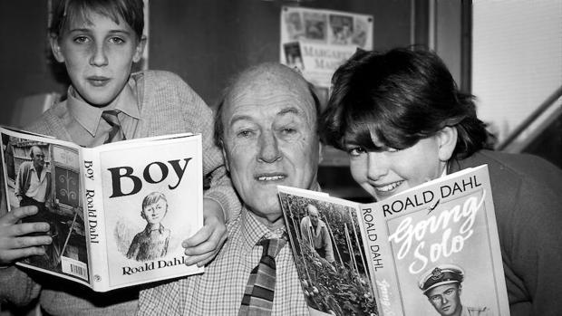 Roald Dahl, junto a niños leyendo sus historias