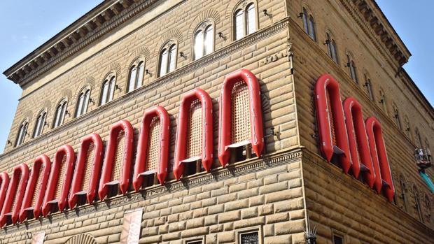 Lanchas salvavidas en las ventanas de la fachada del Palazzo Strozzi