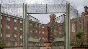 Oscar Wilde vuelve a la cárcel entre aplausos