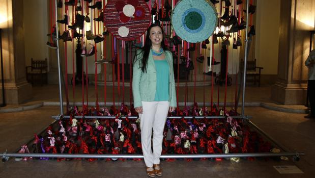 Cristina Rodrigues junto a una de sus obras en el Pabellón de Portugal