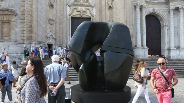Las esculturas de Henry Moore llenan la plaza de la Catedral de Cádiz