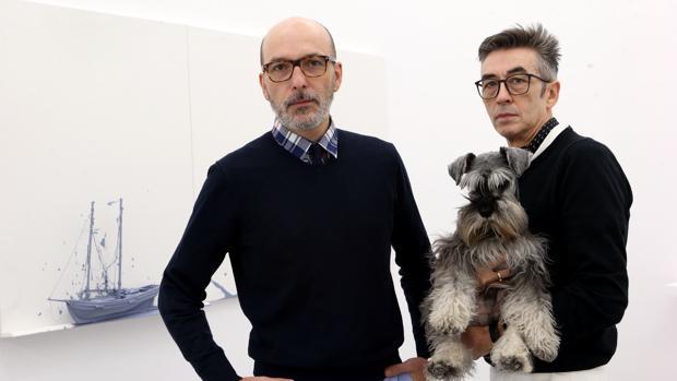 Luis Valverde y José Martínez Calvo en su galería con su perro Sancho