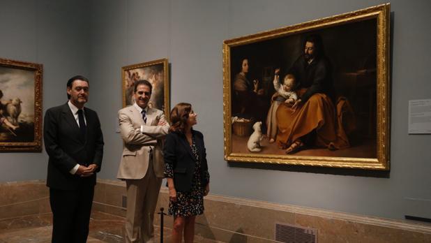 De izquierda a derecha, Miguel Zugaza, Gabriele Finaldi y Anabel Morillo, ayer en el Prado, junto a «La Sagrada Familia del pajarito», de Murillo, que formará parte de esta histórica exposición